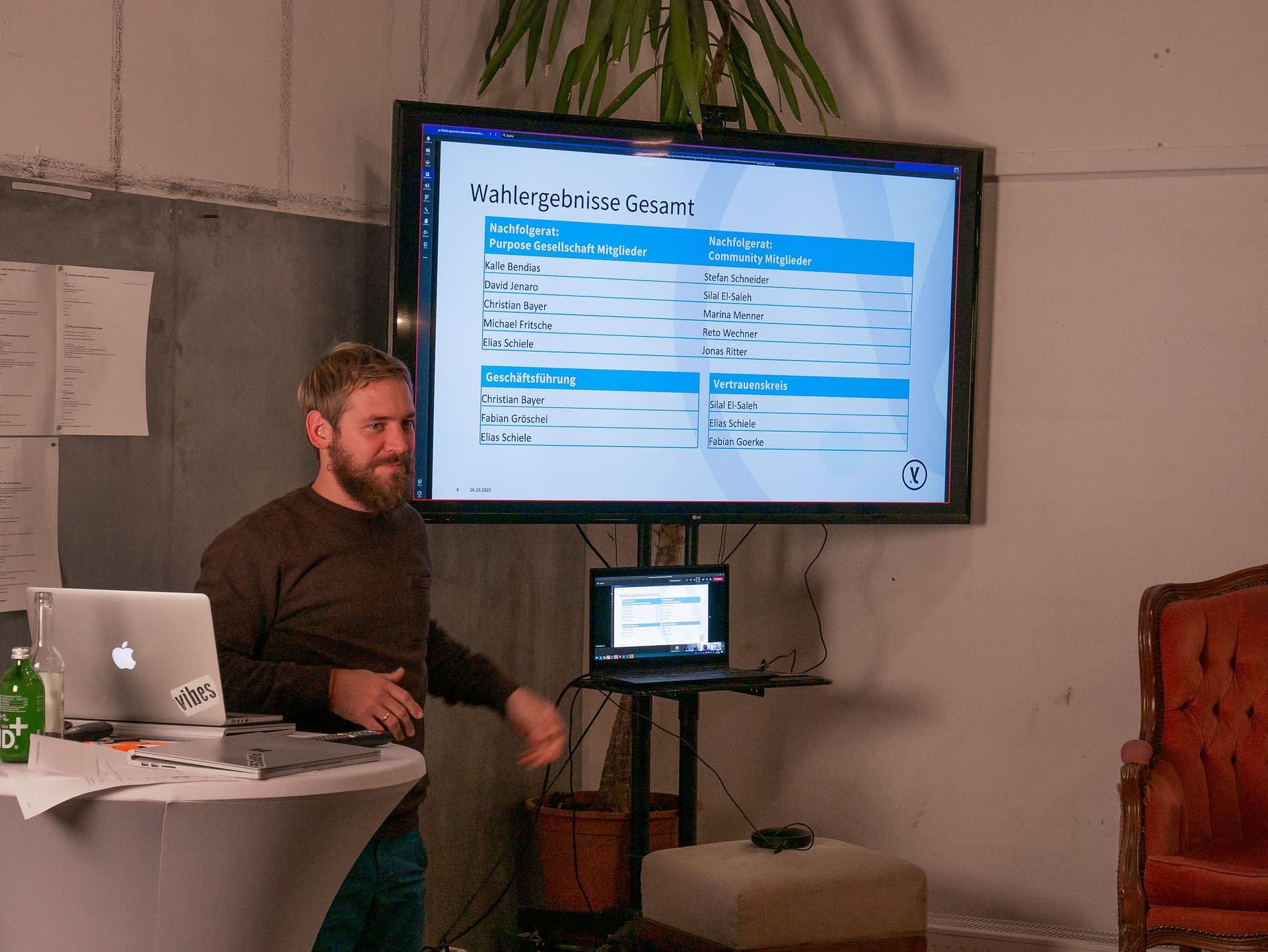 Elias präsentiert die Ergebnisse.